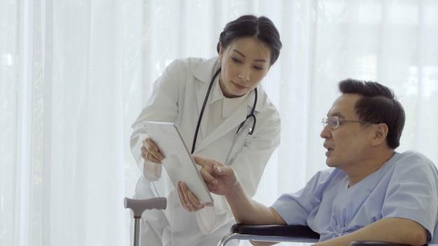 El médico o el médico atienden al paciente enfermo en el hospital o clínica médica.