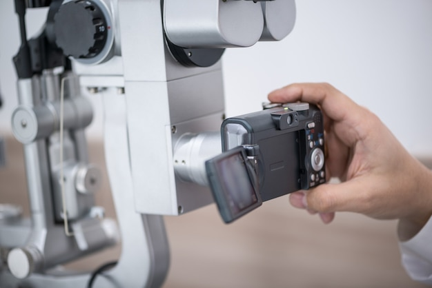 Médico oculista en el trabajo. equipo oftalmológico de diagnóstico. concepto de medicina