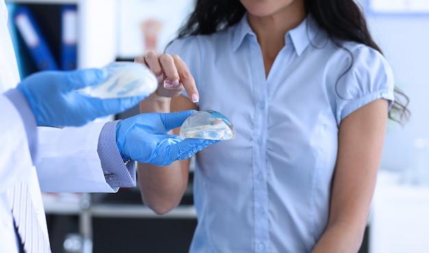 Médico ofrece implantes mamarios de silicona de elección femenina