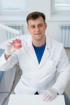 El médico ortodoncista muestra cómo se organiza el sistema de frenos en los dientes