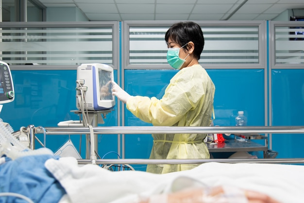 Médico paciente de atención médica en cama en el hospital