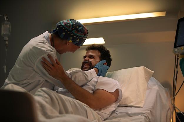 Médico y paciente celebrando la buena noticia.