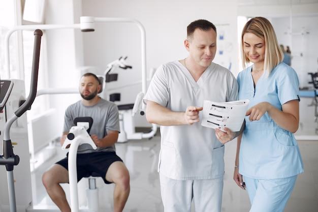 Médico con un paciente en la clínica de fisioterapia