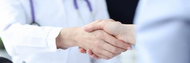 El médico y el paciente se dan la mano concepto de acuerdo de atención médica