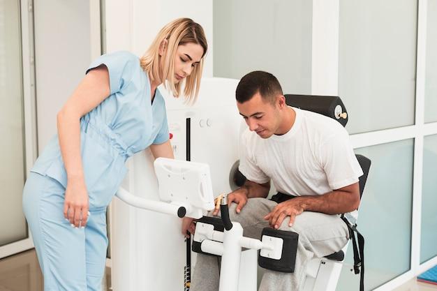 Médico y paciente revisando dispositivo médico