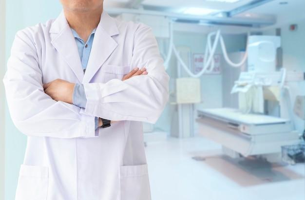 El médico y los pacientes llegan al hospital con el fondo borroso de la sala de operaciones