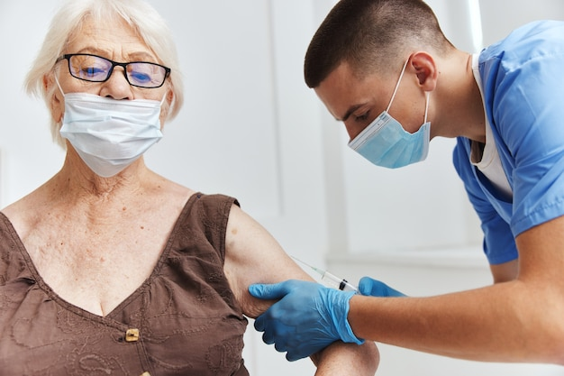 Médico con un pasaporte de vacuna de jeringa en máscaras médicas