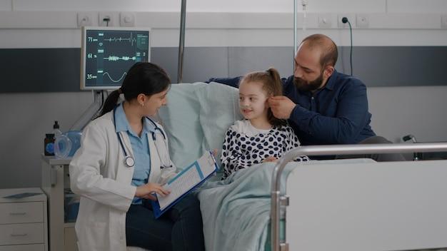 Médico pediatra explicando la experiencia en enfermedades discutiendo el tratamiento sanitario
