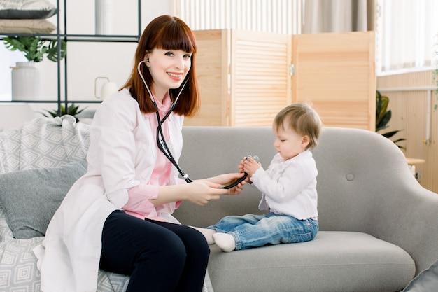 Médico de pediatría examina a la pequeña niña con instrumentos estetoscopio, cuidado de la salud, bebé, concepto de control de salud regular del bebé.
