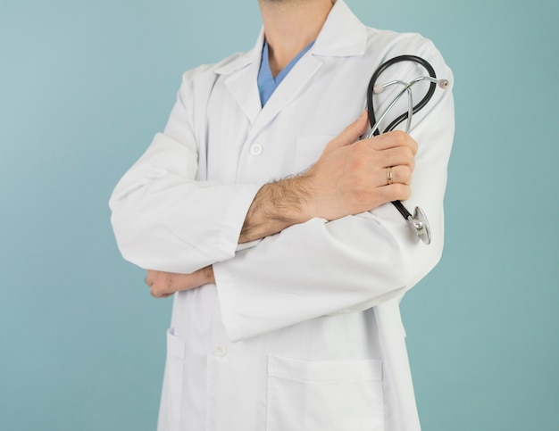 Médico de primer plano con estetoscopio