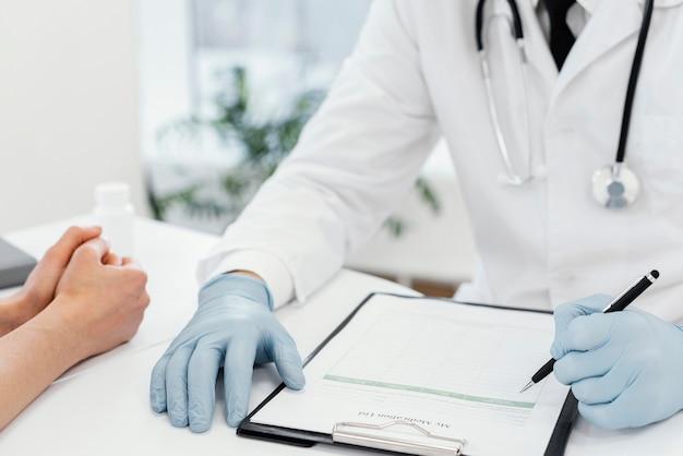 Médico de primer plano con guantes
