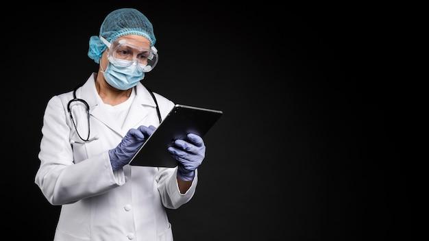Médico profesional con equipo médico pandémico