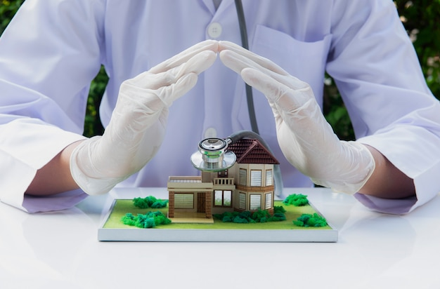 El médico protege los conceptos de su familia. protección contra virus covid-19