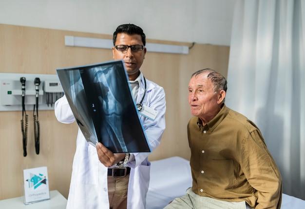 Médico con radiografía de paciente.