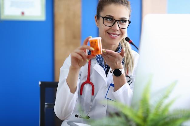 El médico realiza una selección de medicamentos y tratamiento de alta calidad en un centro de diagnóstico.