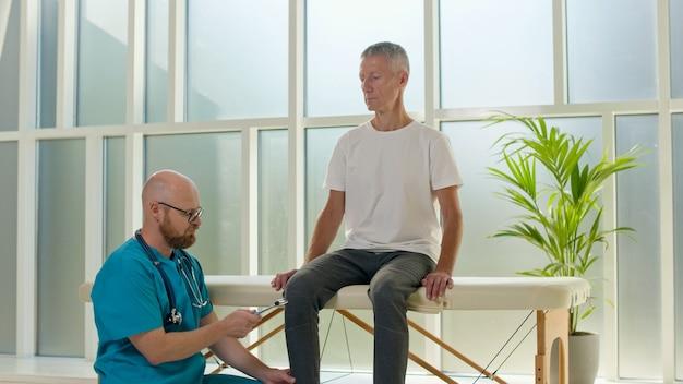El médico recopila un historial médico completo de los problemas de espalda y realiza un examen físico detallado ...