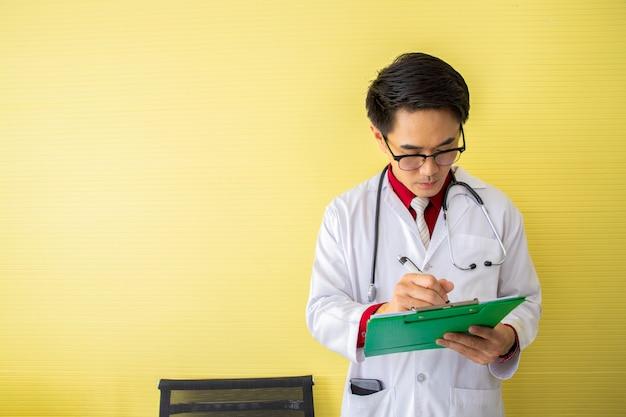 Médico senior leyendo y escribiendo el perfil del paciente.