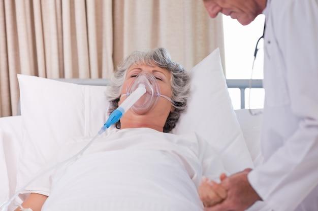 Médico senior con su paciente enfermo