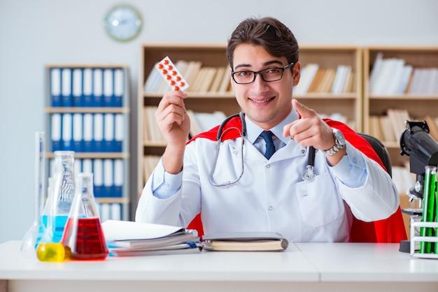 Médico superhéroe trabajando en el laboratorio del hospital