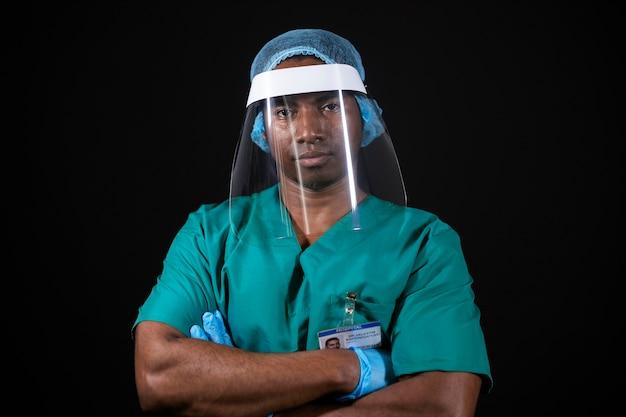 Médico de tiro medio con brazos cruzados