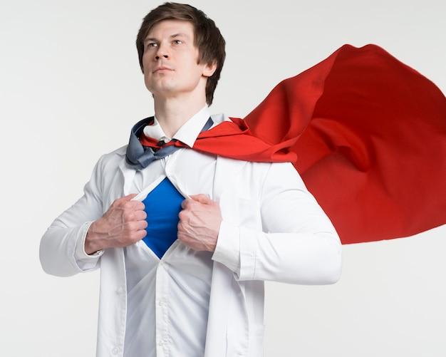 Médico de tiro medio con capa