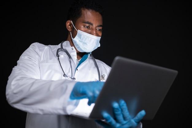 Médico de tiro medio con dispositivo