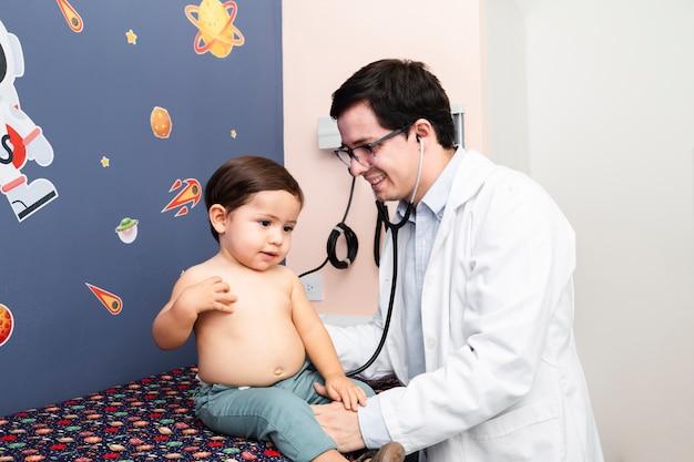 Médico de tiro medio con estetoscopio.
