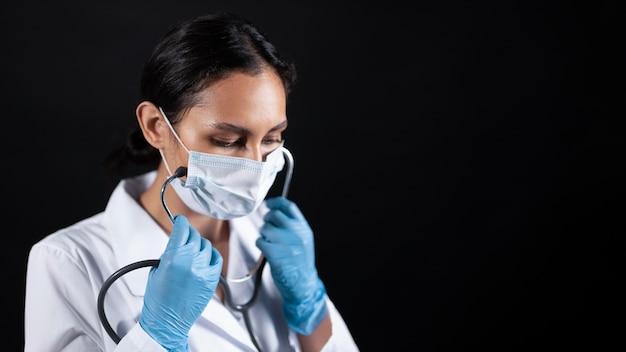 Médico de tiro medio con estetoscopio