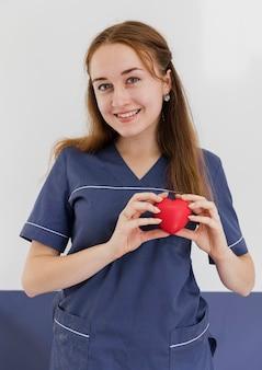 Médico de tiro medio con juguete en forma de corazón
