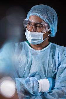 Médico de tiro medio con máscara y gafas