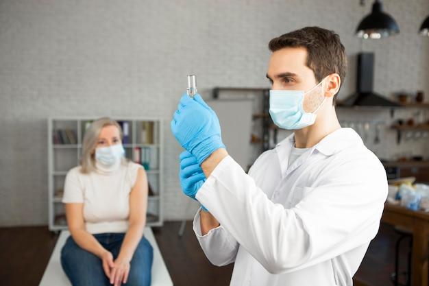 Médico de tiro medio preparando vacuna