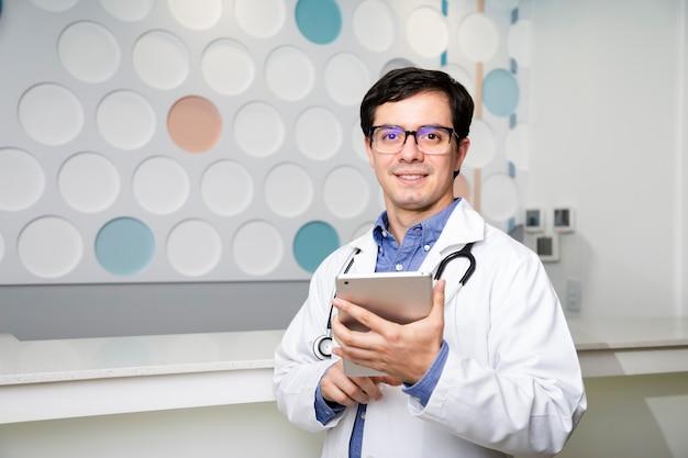 Médico de tiro medio usando su tableta