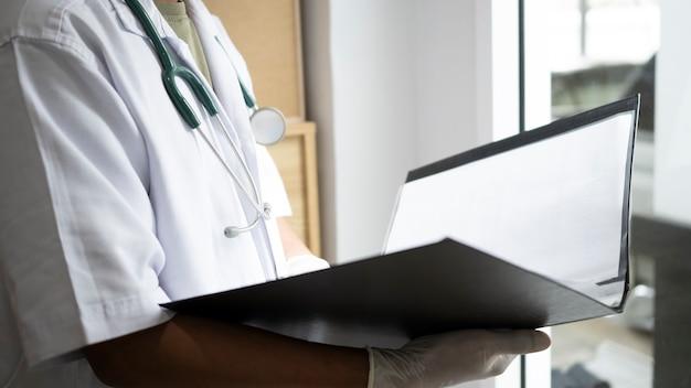 Médico de tiro recortada comprobación de documentos médicos.