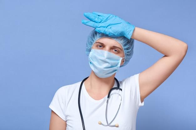 Médico trabajador cansado después de tomar una gran cantidad de pacientes