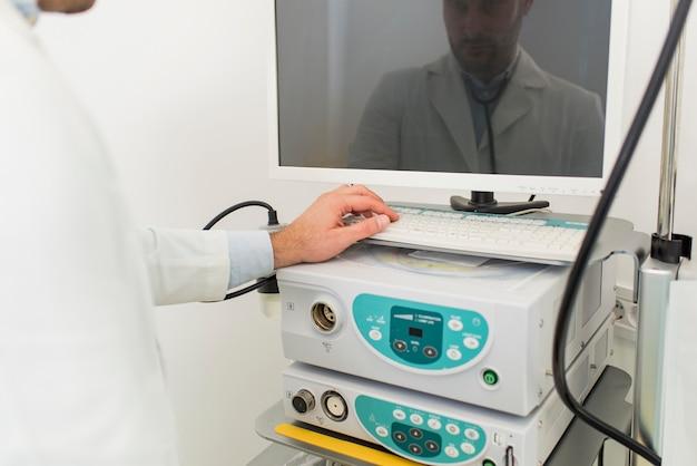 Médico trabajando con equipo de endoscopio en clínica médica