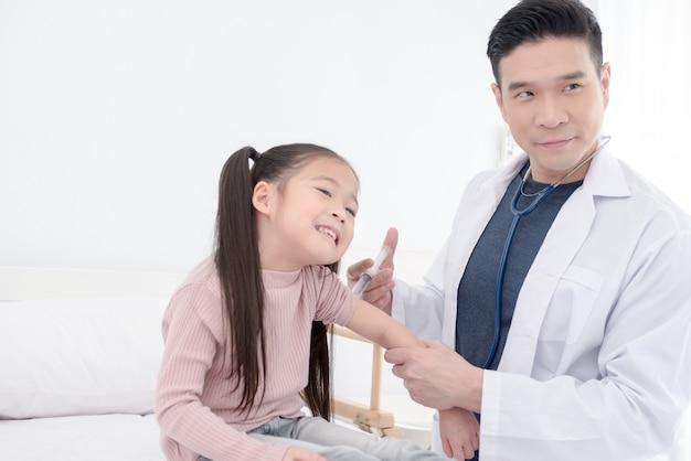 El médico trata al niño mediante inyección.
