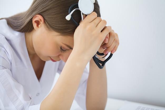 Médico. triste o llorando enfermera en la oficina del hospital