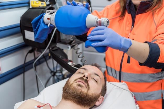 Médico de urgencias con máscara ambu bolsa en un paciente. insuficiencia respiratoria.