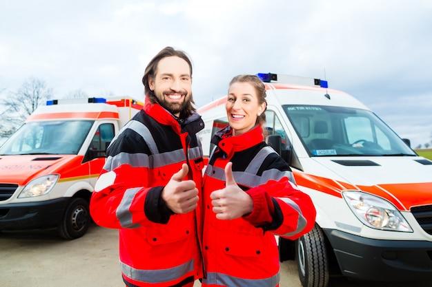 Médico de urgencias y paramédico con ambulancia.