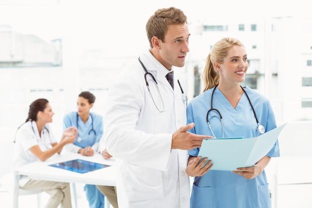Médico varón y cirujano con reportajes.