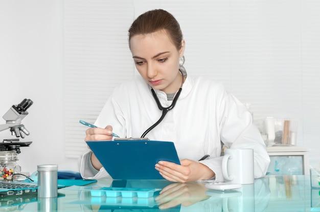 El médico verifica los registros de los pacientes.