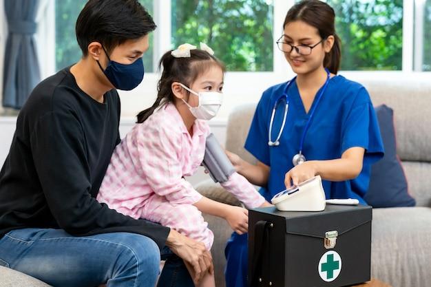 Médico visitando a un niño en casa durante la pandemia
