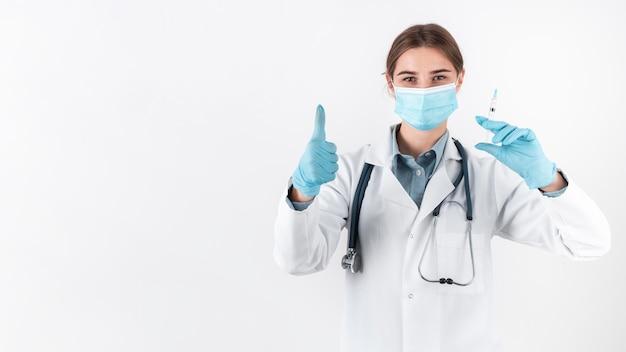 Médico de vista frontal con mascarilla