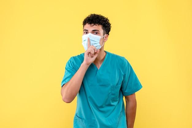 Médico de vista frontal el médico está hablando de complicaciones después de la infección por coronavirus