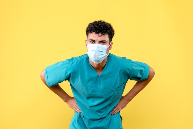 Médico de vista frontal el médico de la máscara no está contento porque aún no ha inventado una vacuna