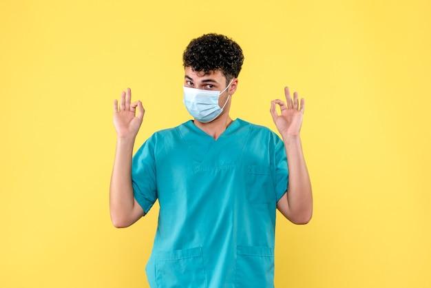Médico de vista frontal el médico de la máscara sabe que la situación con el coronavirus cambiará
