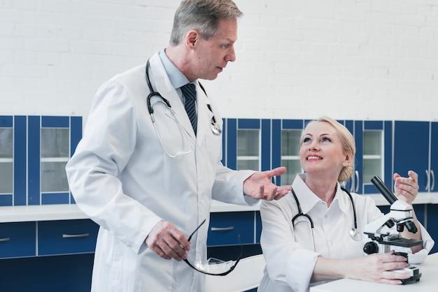 Médicos analizando con un microscopio