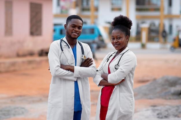 Médicos de ayuda humanitaria de áfrica juntos