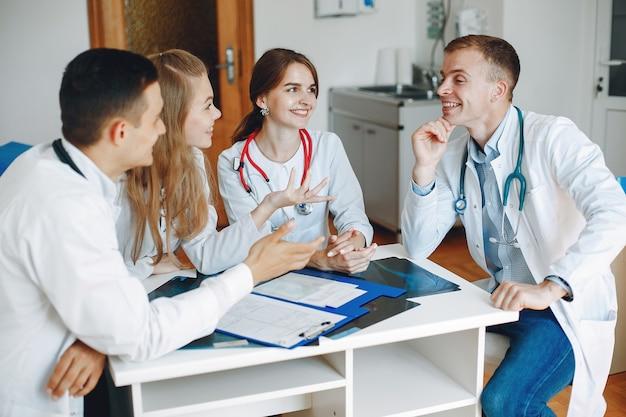 Los médicos celebran una reunión en la oficina.