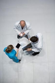 Los médicos y el cirujano hablando de rayos x mientras toma un café
